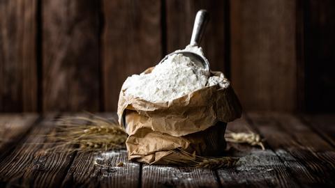 papierne Tüte mit Mehl