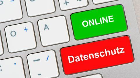 """Computertastatur mit Schrift """"Datenschutz"""" und """"Online"""""""