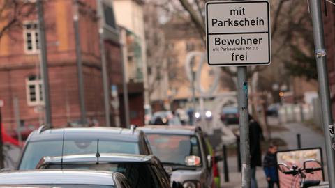 parkende Autos und Anwohnerparken-Schild