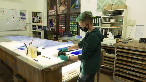 Glasmalerin bei der Arbeit.