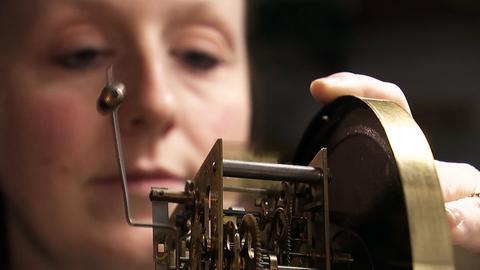 Uhrmacherin konzentriert bei der Arbeit.