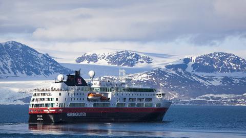 Ein Schiff der Hurtigruten in Norwegen