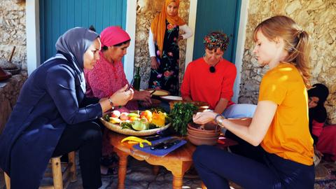 Reporterin Nina Heins macht einen Kochkurs