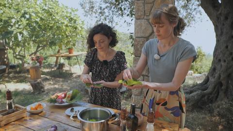 Nina Heins kocht mit einer brünetten Dame im Städtchens Ulcinj .