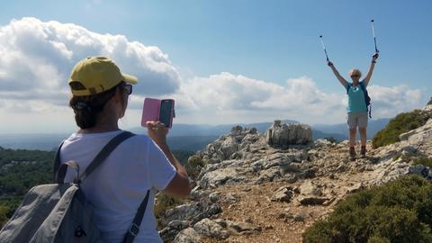 Zwei Frauen wandern auf Mallorca.