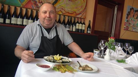 Mann vor einem teller in einem Restaurant