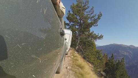 Strahlender Sonnenschein in den Bergen, aber der schmale Weg hat es in sich: nur ein paar Zentimeter neben den Camper-Reifen geht es steil den Abhang hinunter.