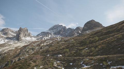 Gernot Becker fährt mit seiner Camper-Kolonne eine unglaubliche Berglandschaft entlang.