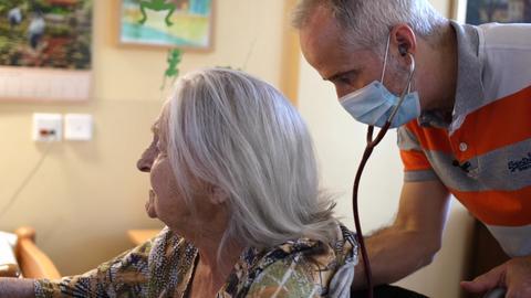 Dr. Sieht hört seine 102-jährige Patientin Maria Hormann ab.