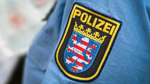 Das Wappen der Polizei Hessen auf einem Hemdsärmel.
