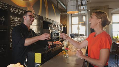 Bei der Weinprobe: Isabella Stirm prostet dem Barkeeper zu.