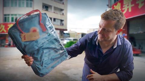 Reporter hält einen gefälschten Rucksack der Marke Fjällräven in der Hand.