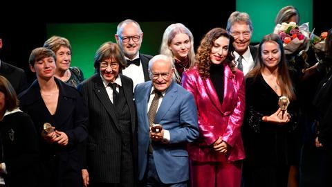 Einige der Preisträger des Hessichen Film- und Kinopreises auf der Bühne