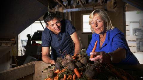 Philipp Engel und Margarethe Hinterlang vom Dottenfelder Hof vor einem Gemüseberg