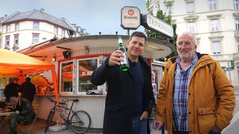 Philipp Engel mit Bier am Gude Kiosk