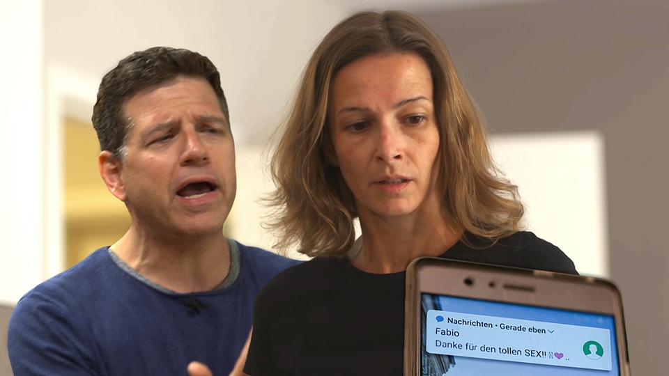 Ein paar streitet über eine Sex-SMS