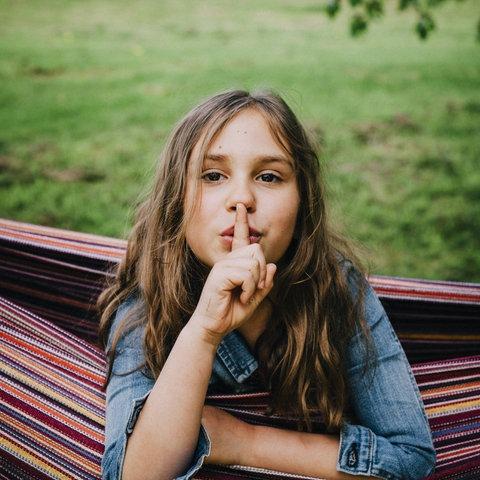 Mädchen mit Finger am Mund
