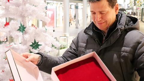 Philipp engel mit einer leeren Geschenkschachtel