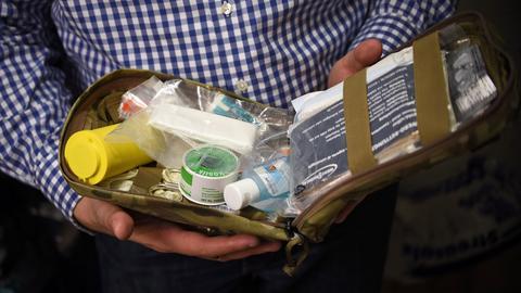 """""""Prepper"""" Bastian Blum zeigt in seinem Keller eine medizinische Notfallpackung."""