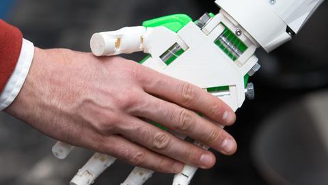 Handshake: Menschenhand/ Roboterhand