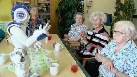 Senioren mit Roboter