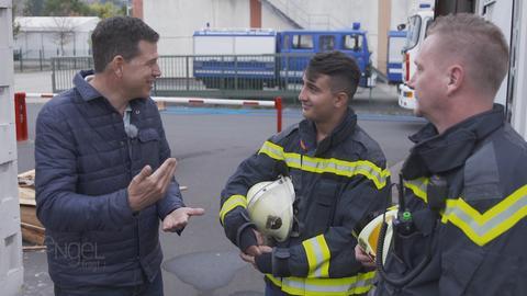 Philipp Engel im Gespräch mit Feuerwehrmännern