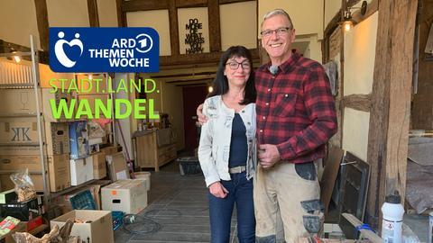 Heike und ihr englischer Mann David sanieren in Gottsbüren ein 400 Jahre altes Fachwerkhaus. Neben drei Ferienzimmern entsteht ein echt britischer Pub.