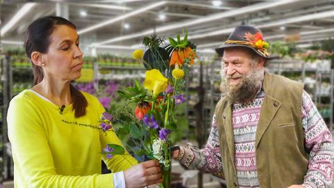 Eine Blumenverkäuferin bindet konzentriert einen Strauß. Ein Gärtner schaut ihr dabei zu (Collage).