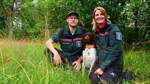 Julia und Philipp Kirchlechner mit ihrem Hund.
