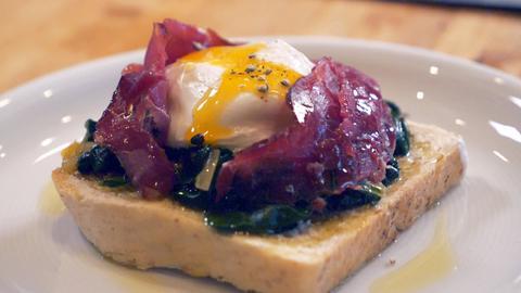 Pochierte Eier auf Toast mit Spinat