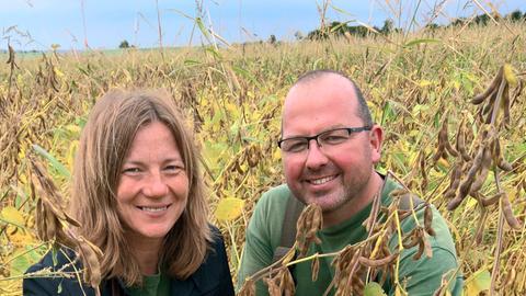 Die Biobauern Silke und Rainer Vogel auf ihrem Sojafeld.