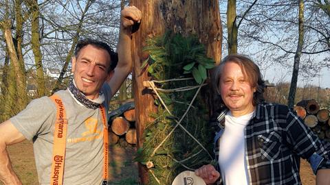 """Antonio Gurliaccio (links) und Moses Martin Mrohs von der """"Bienenbotschaft"""" bauen natürliche Nistplätze für Bienen."""