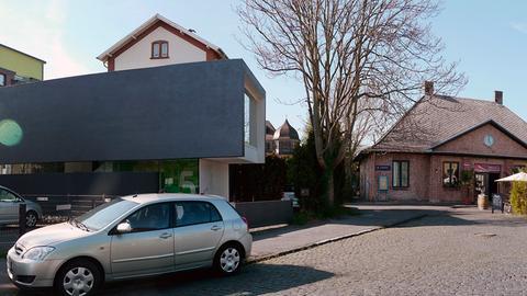 Alter Bahnhof (rechts hinten) und urbaner Schachtelbau, das Haus eines Grafikers - an der Frankfurter Mainkur geht beides zusammen.