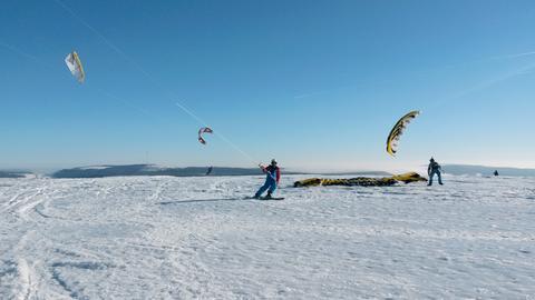Kiter auf der winterlichen Wasserkuppe.