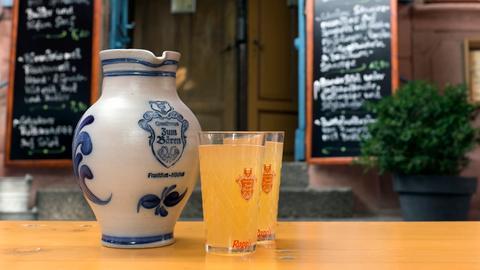 Im Traditionslokal Zum Bären in Frankfurt-Höchst, einem der ältesten Gasthäuser des Stadtteils, wird natürlich auch Apfelwein ausgeschenkt.