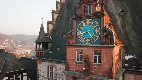 Blick auf die Uhr am Marburger Rathaus.