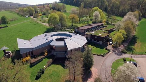 Blick auf das Haus der Stille in Gnadenthal.