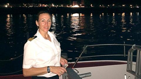 Am Ende eines langen Ausflugs auf dem Rhein: Bianca Rössler, Kapitänin und Chefin der Schifffahrtslinie Rössler im Rheingau.
