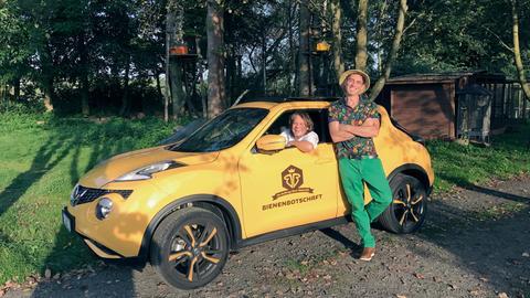 "Moses Martin Mrohs (links, im Auto) und Antonio Gurliaccio mit ihrem ""Bee-Mobil""."