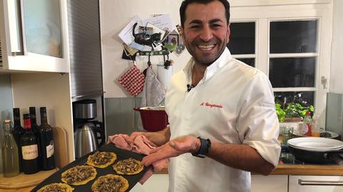 Güngörmüs mit seiner Version von Ofenkuchen