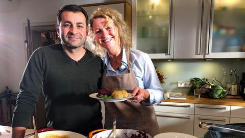 Ali Güngörmüs und Gitta Wittmer-Eigenbrodt mit dem klassischen Rezept von Gitta.