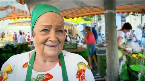 Marktfrau auf dem Bauernmarkt