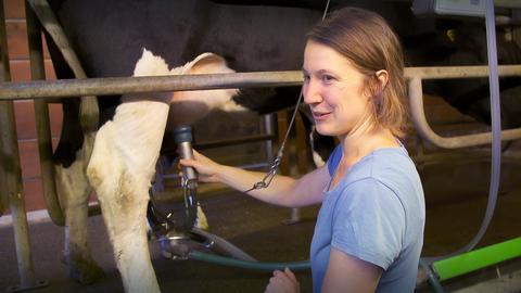 Öko-Landwirtin Franziska Dörr bei ihren Kühen.