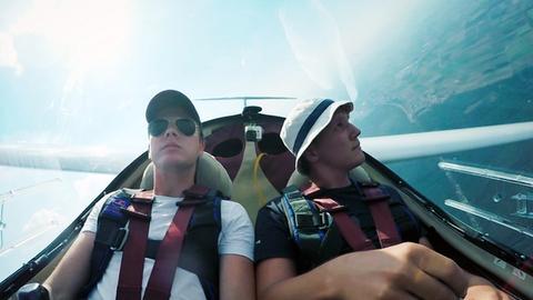 Zwei Menschen im Segelflugzeug