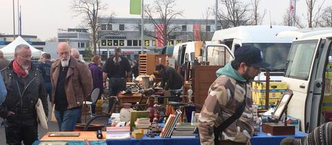 Käufer auf einem Flohmarkt