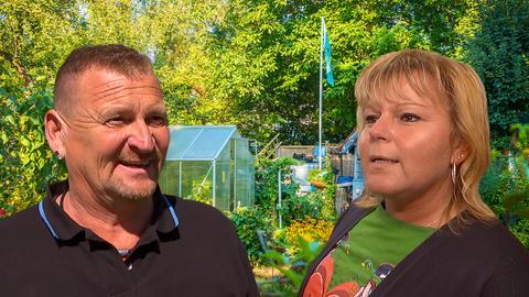 Fotocollage: Volker und Steffi Höfner vor einem Schrebergarten