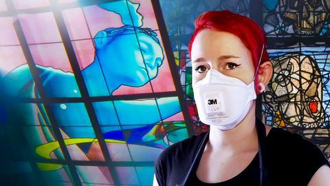 Künstlerin vor Glaskunst