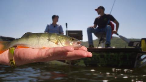 Angler warten darauf, dass ein Fisch anbeißt