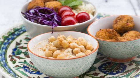 Schälchen mit Falafel, Hummus und Salat