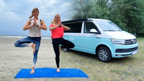 Die hr-Reporterin Maike Tschorn vor ihrem Campervan.